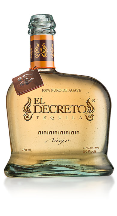 Bottle of El Decreto Añejo