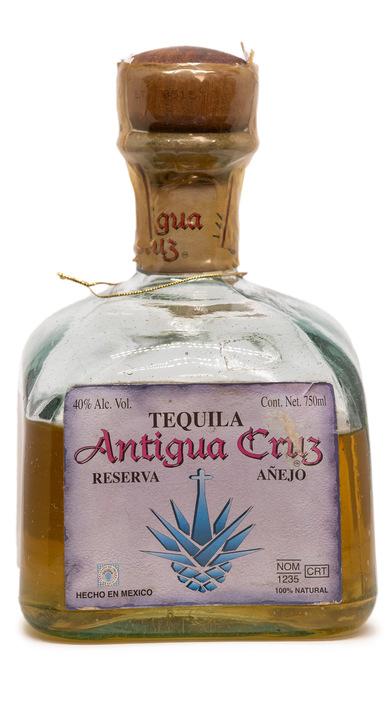 Bottle of Antigua Cruz Reserva Añejo
