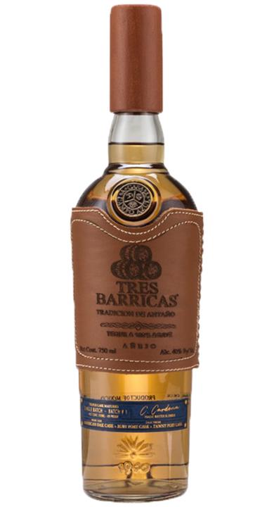 Bottle of Tres Barricas Añejo